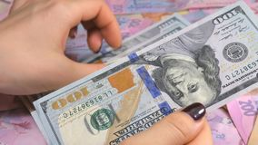 Affärsman` s räcker att räkna pengardollaren och hryvnia Räkna ukrainska pengar arkivfilmer