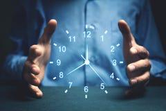 Affärsman Showing Clock Begrepp av sparande tid fotografering för bildbyråer