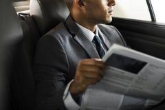 Affärsman Sit Read Newspaper Inside Car Royaltyfri Foto