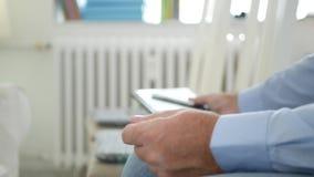 Affärsman Sitting på en stol och användadagordning i ett affärsmöte stock video