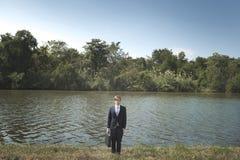 Affärsman som är borttappad i naturbegrepp royaltyfria foton