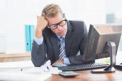 Affärsman som är deprimerad, genom att redovisa Arkivfoto