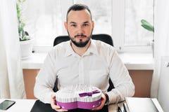Affärsman som är förberedd en gåva i form av hjärta Arkivfoto