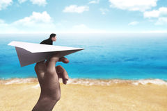 Affärsman som är klar att lansera med den pappers- nivån Fotografering för Bildbyråer