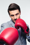 Affärsman som är klar att slåss med boxninghandskar Royaltyfri Bild