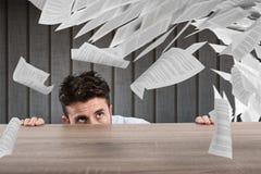 Affärsman som är rädd under skrivbordet begrepp av överansträngningar arkivfoton