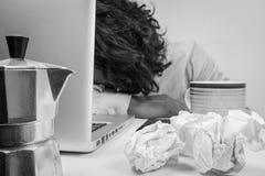 Affärsman som är stressad och under tryck, selektiv fokus Arkivfoton