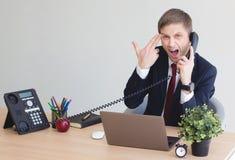 Affärsman som är stressad ut på arbete arkivfoton