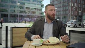Affärsman som äter lunch, steadicam arkivfilmer
