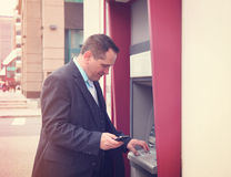 Affärsman som återtar pengar arkivbilder