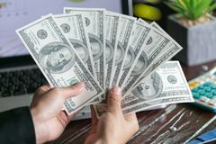 Affärsman som över visar en spridning av kassa och att spendera pengar eller vinst från begrepp för affärsoperationer fotografering för bildbyråer