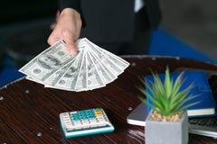 Affärsman som över som visar en spridning av kassa spenderar pengarnolla royaltyfri foto