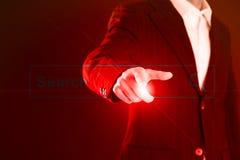 Affärsman som aktiverar en tom sökandestång eller navigeringstången på en faktisk manöverenhet, eller skärm med hans finger Arkivfoton