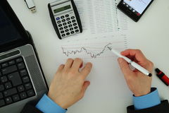 Affärsman som analyserar aktiemarknaden Arkivbild