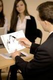 Affärsman som analyserar ett diagram Royaltyfri Bild