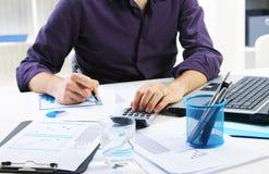 Affärsman som analyserar finansiella data Arkivfoto