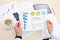 Affärsman som analyserar information på diagrammet Arkivbilder