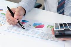 Affärsman som analyserar rapporten, begrepp för affärskapacitet Arkivfoto