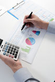Affärsman som analyserar rapporten, begrepp för affärskapacitet Arkivfoton