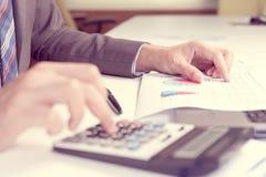 Affärsman som analyserar rapporten, begrepp för affärskapacitet Arkivbilder