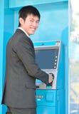 Affärsman som använder ATM arkivbilder