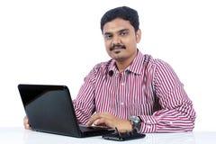 affärsman som använder bärbar dator fotografering för bildbyråer