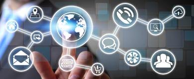 Affärsman som använder den digitala känsel- skärmmanöverenheten med rengöringsduksymbolen Arkivfoton