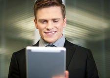 Affärsman som använder den digitala minnestavlan Arkivbild