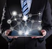 Affärsman som använder den digitala minnestavlan med olika faktiska symboler Arkivbild