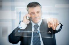 Affärsman som använder den futuristiska pekskärmen för att beskåda grafen fotografering för bildbyråer