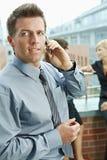 Affärsman som använder den mobila telefonen royaltyfri foto