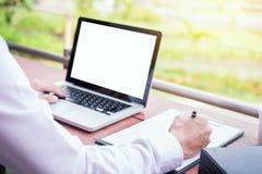 affärsman som använder den moderna bärbara datorn för att arbeta på personlig utrymmeou Royaltyfria Foton