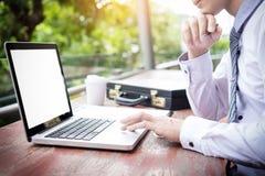 affärsman som använder den moderna bärbara datorn för att arbeta på personlig utrymmeou Royaltyfri Bild
