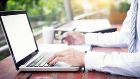 affärsman som använder den moderna bärbara datorn för att arbeta på personlig utrymmeou Arkivfoton