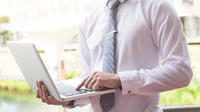 affärsman som använder den moderna bärbara datorn för att arbeta på personlig utrymmeou Arkivfoto