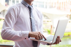 affärsman som använder den moderna bärbara datorn för att arbeta på personlig utrymmeou Royaltyfri Foto