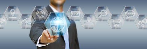 Affärsman som använder den moderna digitala applikationmanöverenheten Arkivfoton