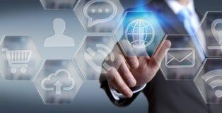 Affärsman som använder den moderna digitala applikationmanöverenheten Arkivbild