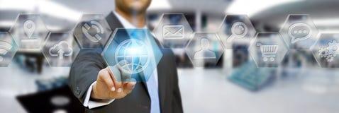 Affärsman som använder den moderna digitala applikationmanöverenheten Royaltyfri Bild