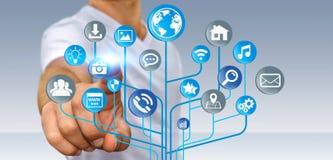 Affärsman som använder den moderna digitala elektroniska strömkretsen med symboler Royaltyfri Bild