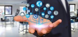 Affärsman som använder den moderna digitala elektroniska strömkretsen med symboler Arkivbilder