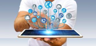 Affärsman som använder den moderna digitala elektroniska strömkretsen med symbolsnolla Royaltyfri Bild