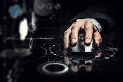 Affärsman som använder den trådlösa musen Blandat massmedia Royaltyfria Bilder