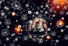 Affärsman som använder den trådlösa musen Blandat massmedia Arkivbild