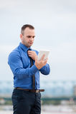 Affärsman som använder den utomhus- digitala minnestavlan Arkivfoto