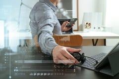 affärsman som använder den VOIP hörlurar med mikrofon med den digitala minnestavladatoren och Arkivfoto