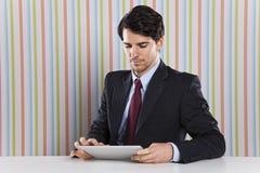 Affärsman som använder en minnestavlaapparat Arkivfoto