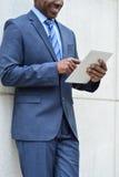 Affärsman som använder en minnestavlaPC, utomhus Arkivbilder