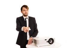 Affärsman som använder en projektor för en presentation Arkivfoto