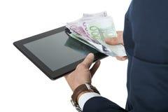 Affärsman som använder en tabletdator royaltyfri bild
